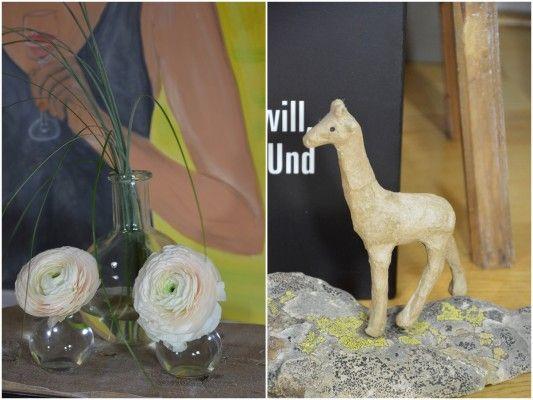 Giraffe und Blüten